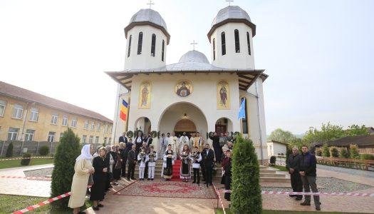 """Târnosirea bisericii """"Sfinții Apostoli Petru și Pavel"""" a parohiei Peștișul Mare din județul Hunedoara"""