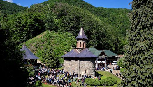 Hramul istoric al Mănăstirii Prislop. Patru ierarhi au oficiat Sfânta Liturghie.