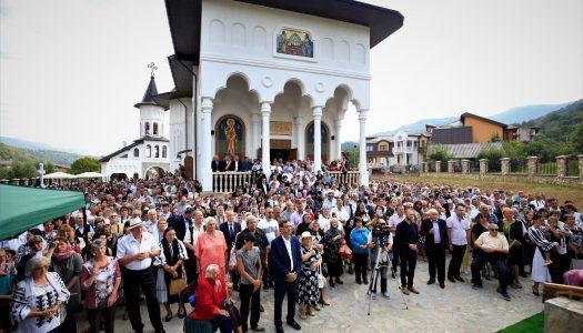 Cinci ierarhi ai Bisericii Ortodoxe Române au sfințit noul lăcaș de cult din Uricani