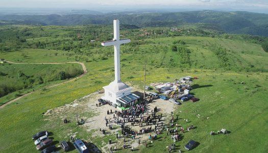 Pelerini pe dealul Chiciora la Ciumarca comunei Godeanu.